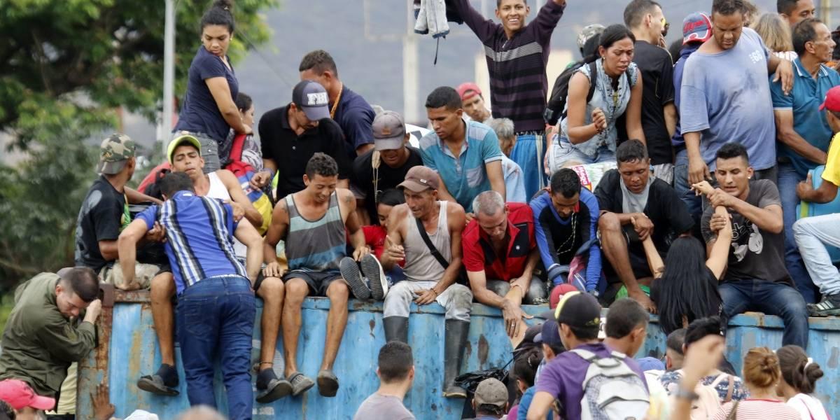 Multitud de venezolanos rompen bloqueo en puente con Colombia