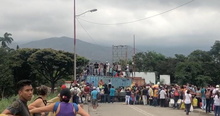 Video: Venezolanos ingresaron a su país a la fuerza por el Puente Simón Bolívar