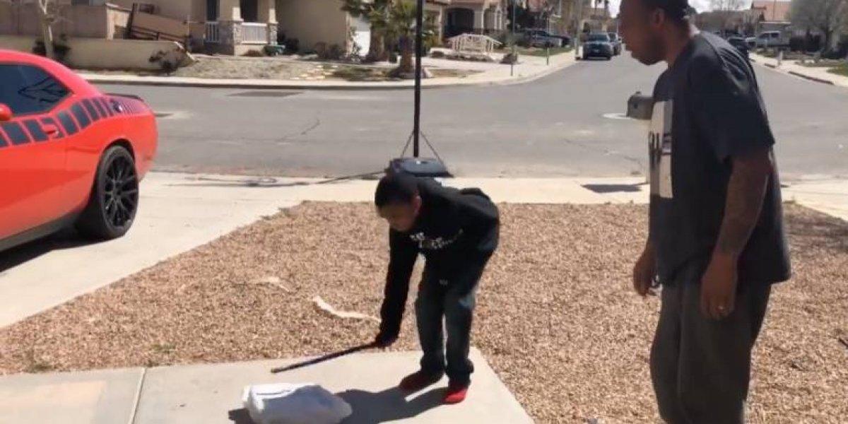 #Video Padre rompe PlayStation 4 de su hijo por reprobar