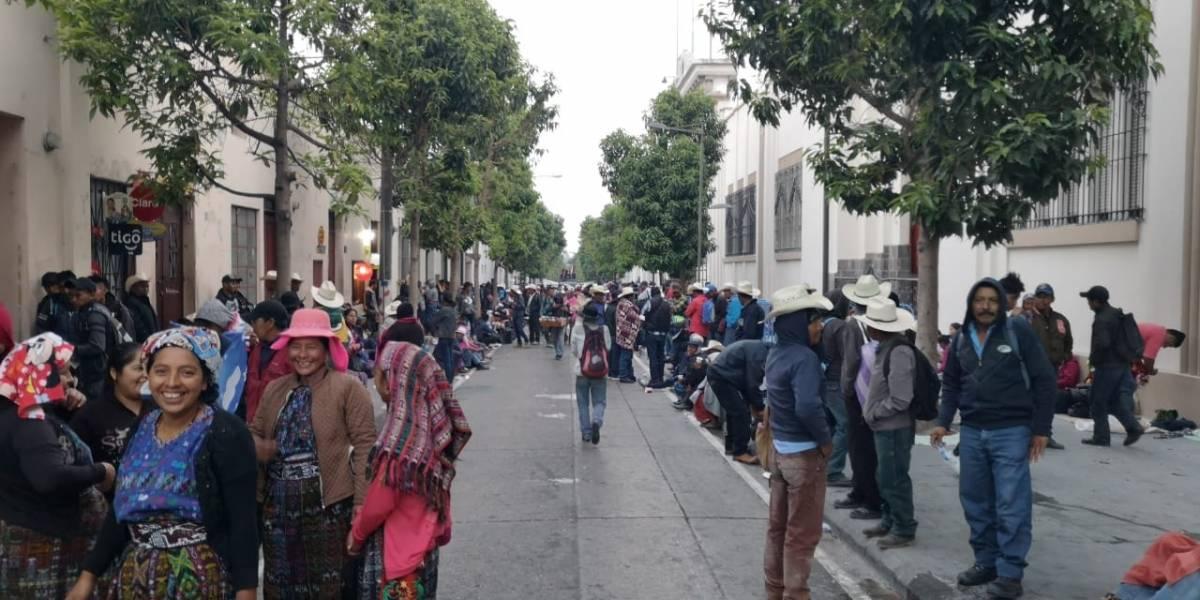 Pobladores de Alta Verapaz pernoctan frente a Casa Presidencial