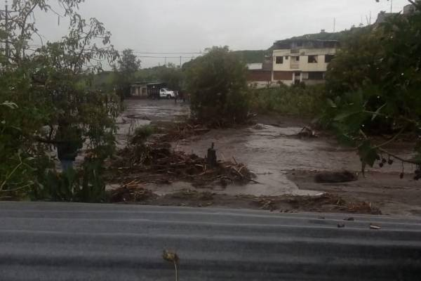 Lluvias provocaron desbordamiento de quebrada en Cutuglagua, cantón Mejía