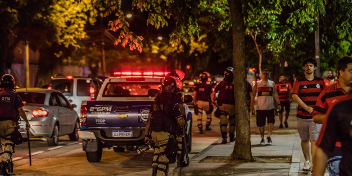 Tumulto entre torcedores marca noite de jogo de Flamengo e Peñarol no Maracanã