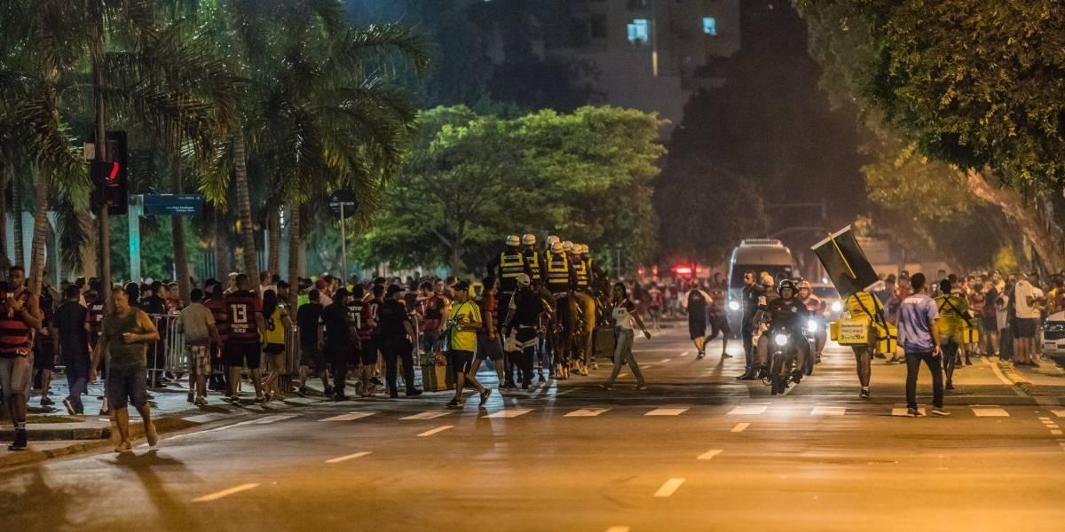 Briga de torcidas de Flamengo e Peñarol resulta em prisão preventiva de três uruguaios