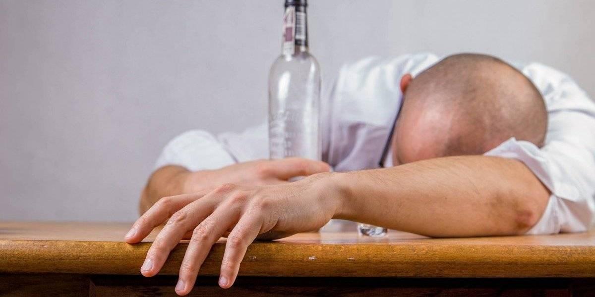 Dano cerebral causado pelo álcool pode continuar mesmo depois de largar a bebida, diz estudo científico