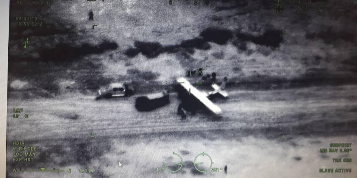 Hombres con armas de grueso calibre extraen presunta droga de aeronave