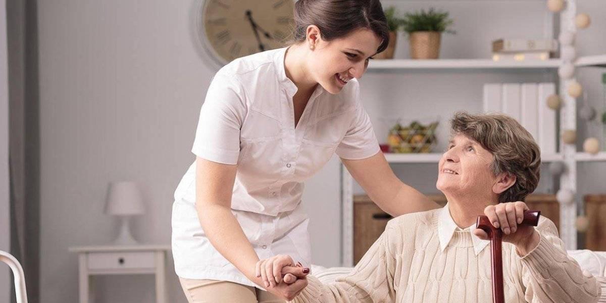Cuidadoras de niños y ancianos recibirían un sueldo en la CDMX