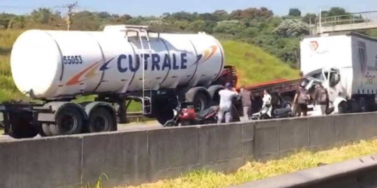 Acidente com quatro caminhões trava Rodoanel e deixa vítimas presas em ferragens