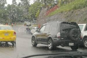 Tráfico en la Mariscal Sucre por poste caído