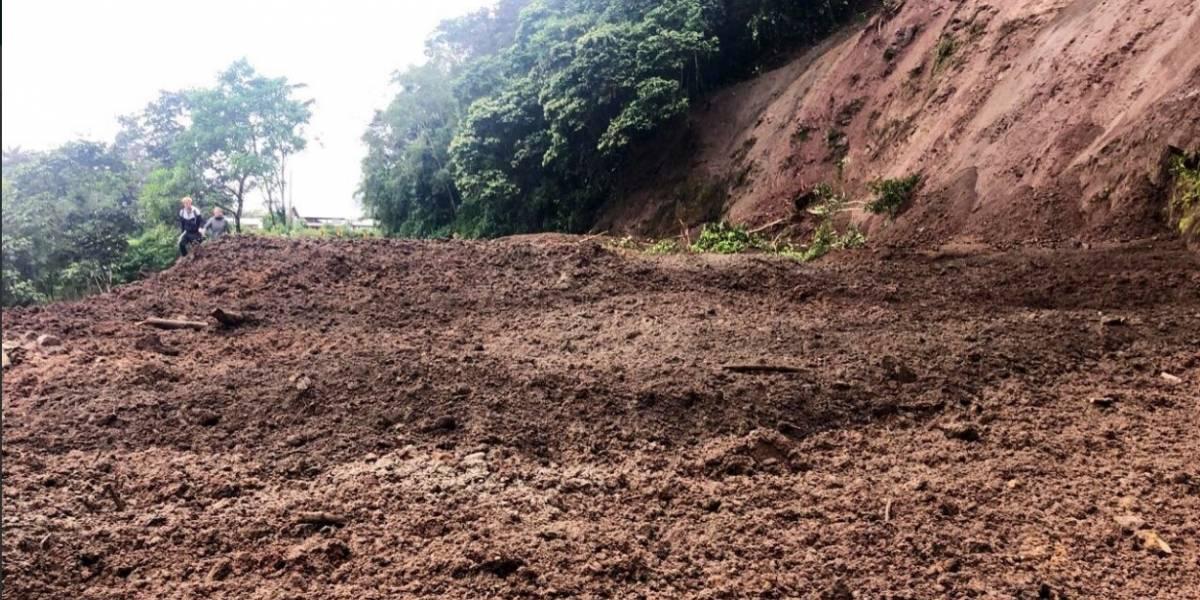 Vía Calacalí - Río Blanco se encuentra cerrada este jueves tras derrumbe