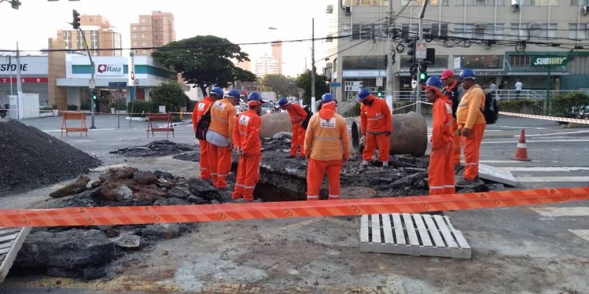 Asfalto afunda no Campo Belo e causa bloqueio total na avenida Vereador José Diniz