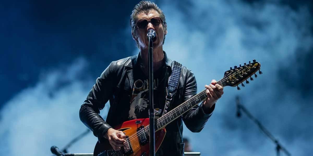 Lollapalooza: Arctic Monkeys compensa 'frieza' com seleção de hits e, no balanço, agrada em cheio