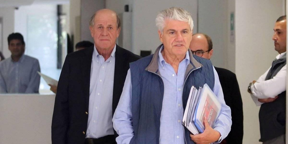 Con el cuadernito bajo el brazo: Délano y Lavín llegaron a su primera clase de ética y fueron recibidos con manifestación