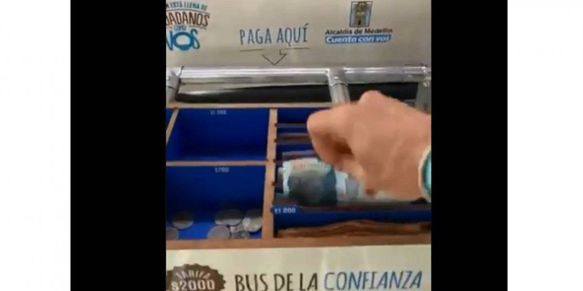 Ahora usted paga y se da las vueltas en un bus de transporte público