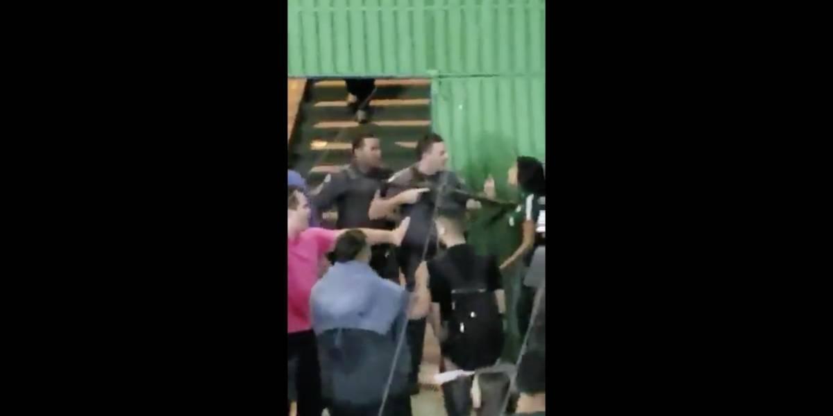 VÍDEO: Policial empurra estudante com cano de arma durante manifestação em escola de Guarulhos