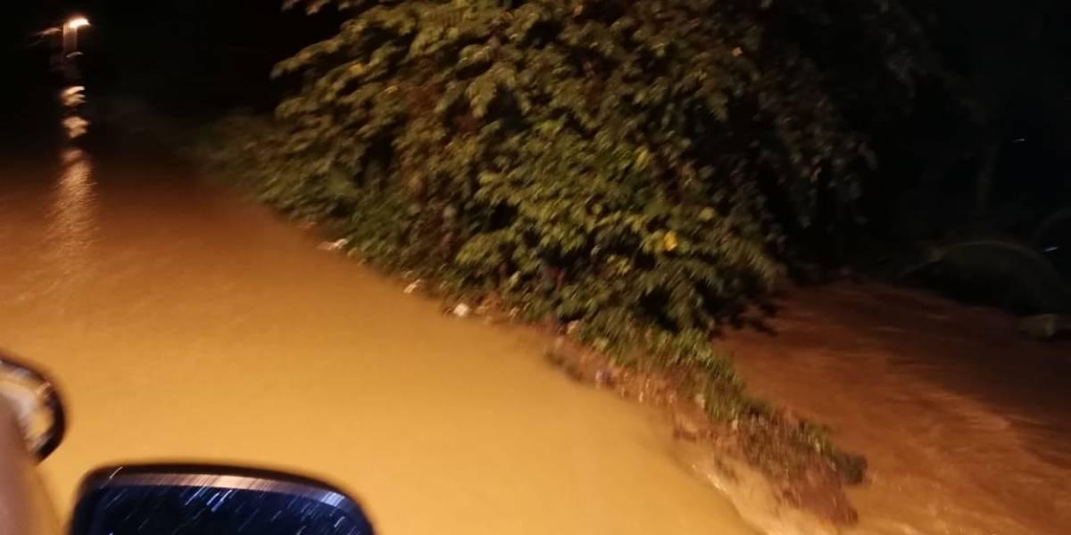Inundación por desbordamiento de río en Izabal daña viviendas