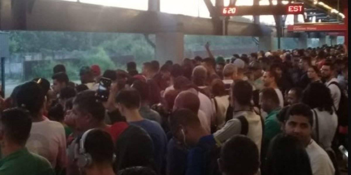 Trens da linha-12 Safira da CPTM circulam com velocidade reduzida e estações ficam lotadas