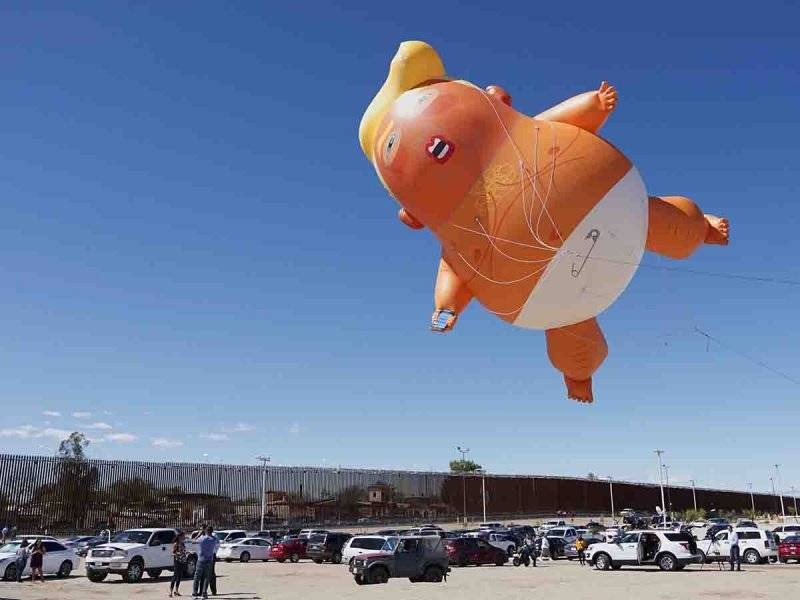 """""""Baby Trump"""" sobrevuela la frontera de México y Estados Unidos"""
