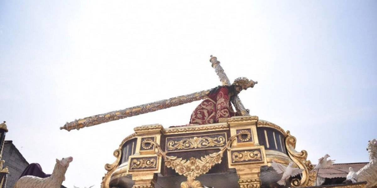 Morado penitente en La Antigua con Jesús de la Caída