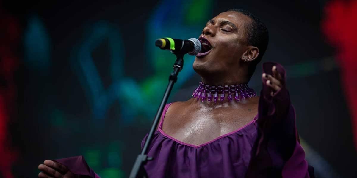 Lollapalooza: Emocionada, Liniker 'termina' show do ano passado, interrompido por problemas técnicos