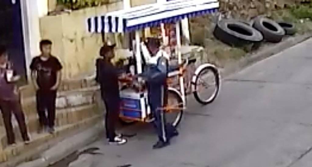 PMT de Comapa agrede a vendedor ambulante. Foto: Facebook