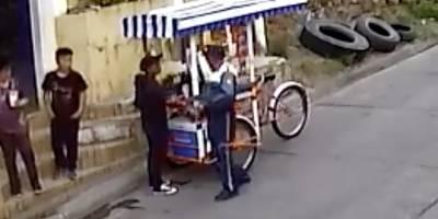 PMT de Comapa agrede a vendedor ambulante.