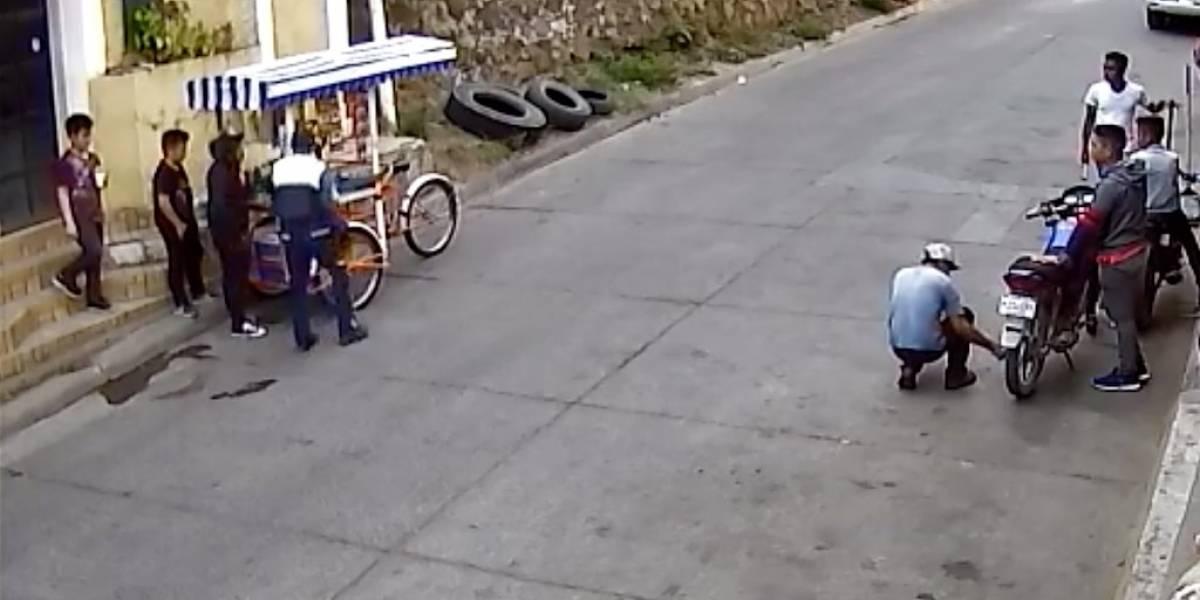 VIDEO. Agente de PMT de Comapa agrede a vendedor de granizadas