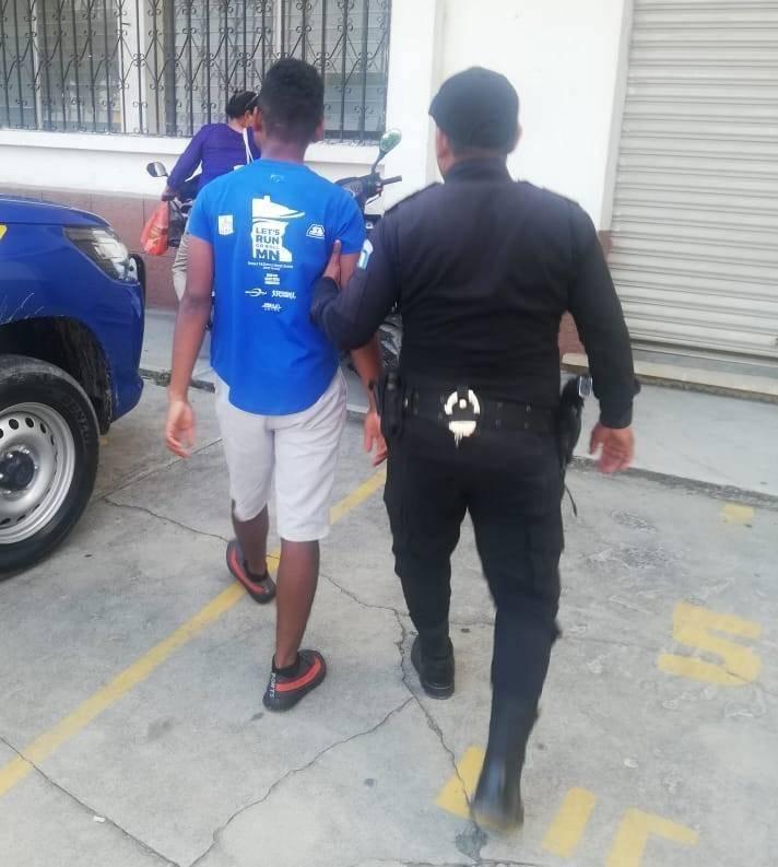 PNC traslada a menor al Juzgado de Menores de Izabal. Foto: PNC