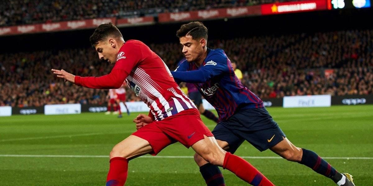 El fastidio de Santiago Arias con un compañero durante el partido Barcelona-Atlético