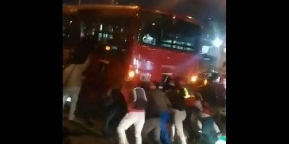 Transmilenio se quedó varado y pasajeros tuvieron que empujarlo para que arrancara
