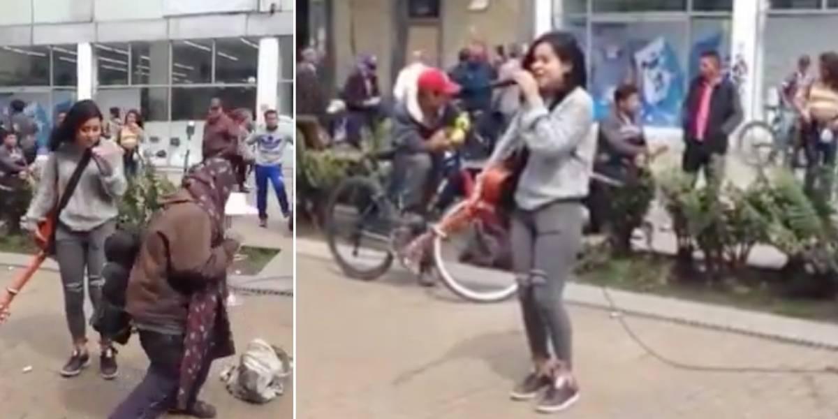 Video: habitante de calle le regaló una moneda a una cantante callejera