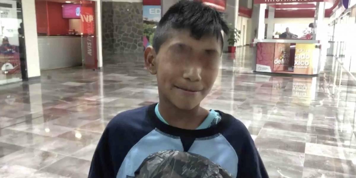 Niño camina dos horas hasta el aeropuerto para conocer a Miguel Layún