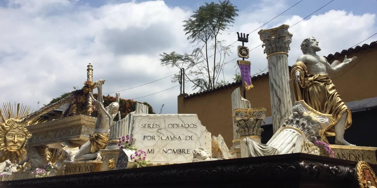 Devotos y turistas acompañan la procesión de Jesús de la Caída, en Antigua Guatemala