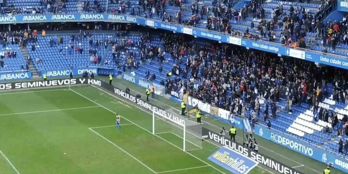 VIDEO: Jugador avienta su playera a la tribuna y se la regresan