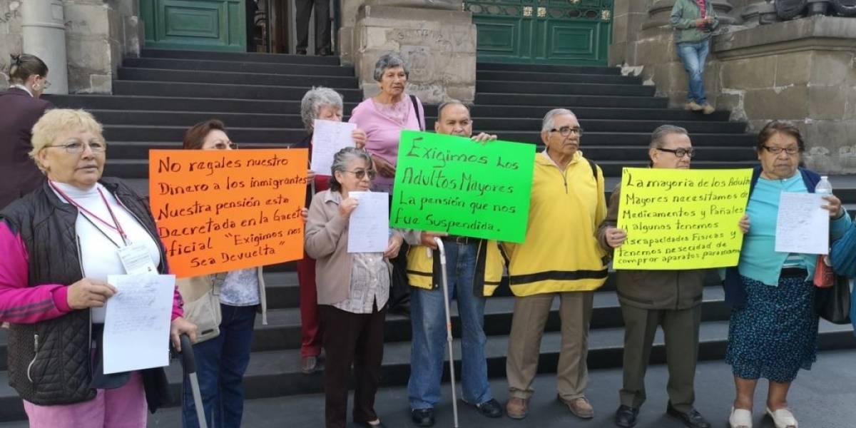 Protestan adultos mayores en Congreso de CDMX