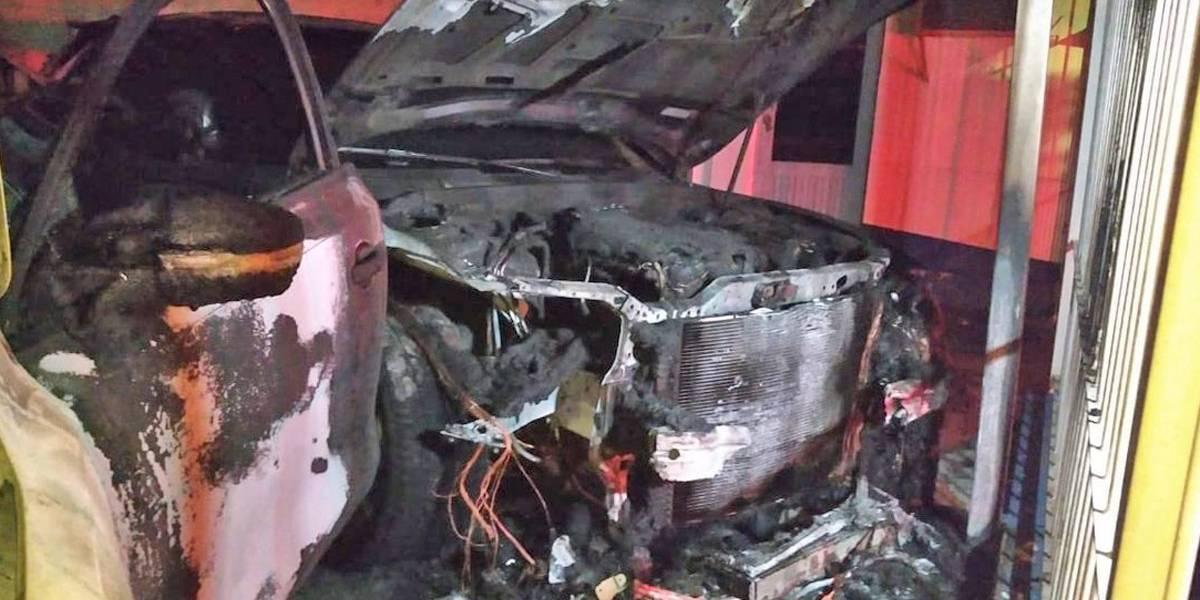Comando incendia lote de autos en Guadalajara, dejan mensajes del crimen organizado