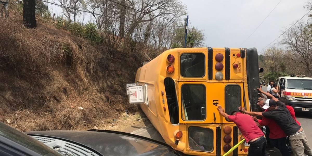 Bus escolar vuelca y deja al menos 25 estudiantes lesionados
