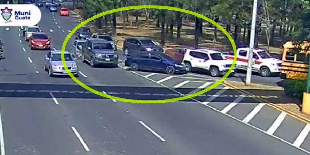 VIDEO. Cuádruple choque en zona 15 debido a dos imprudencias