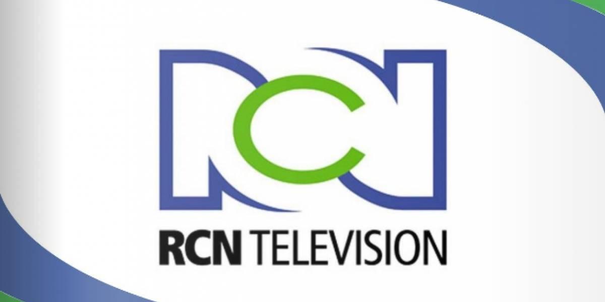 La presentadora del Canal RCN que condujo su programa con un vestido de 15 años rojo