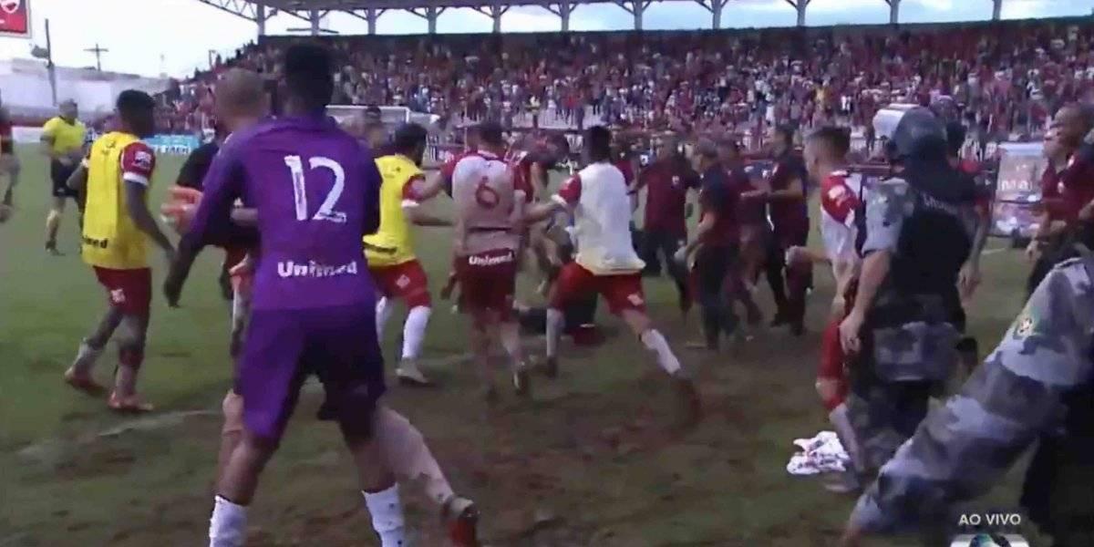 VIDEO: Policía interviene para detener pelea campal en futbol brasileño