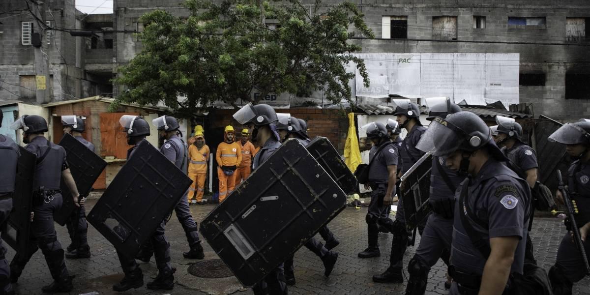 Policiais militares cumprem ordem de reintegração de posse em Heliópolis