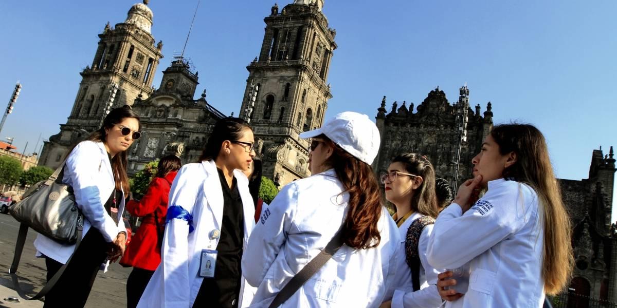 Médicos del Hospital General se manifiestan en Palacio Nacional