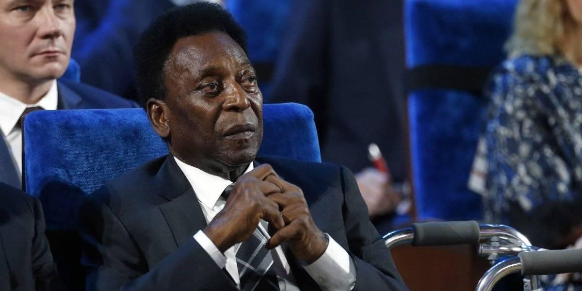 Pelé llegó a Brasil tras su viaje a Francia y nuevamente fue hospitalizado