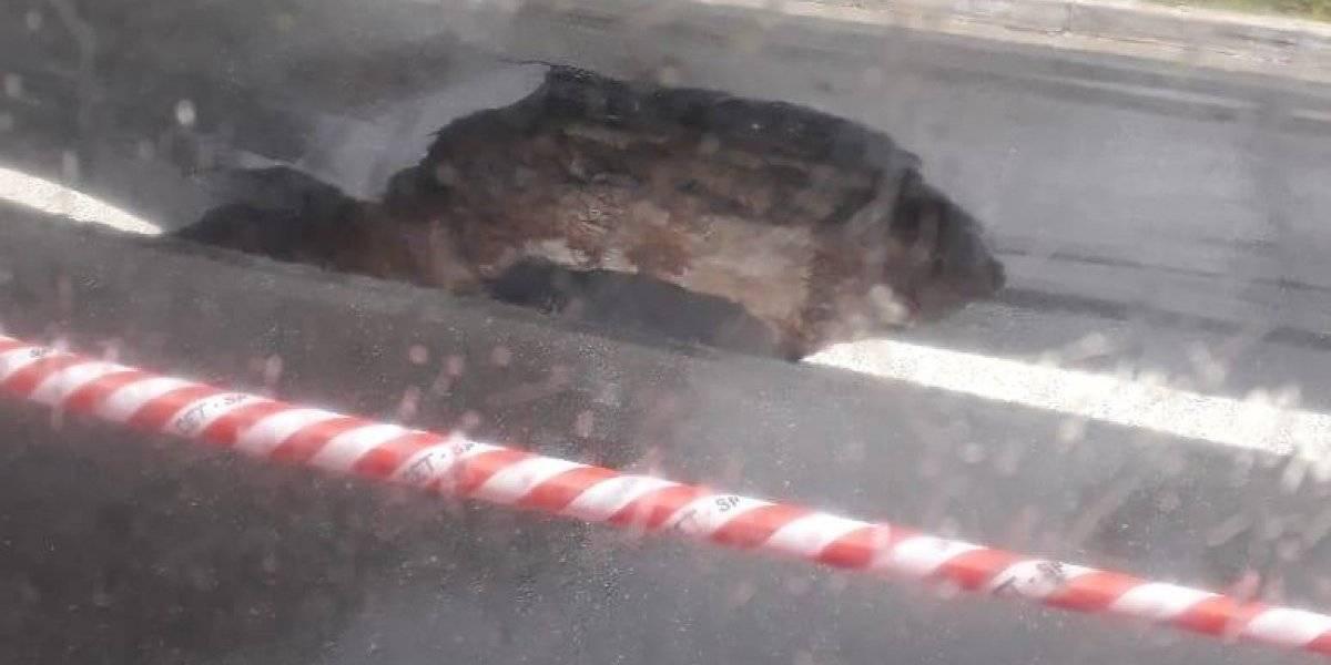 Asfalto cede na avenida Atlântica e ônibus quase cai em cratera