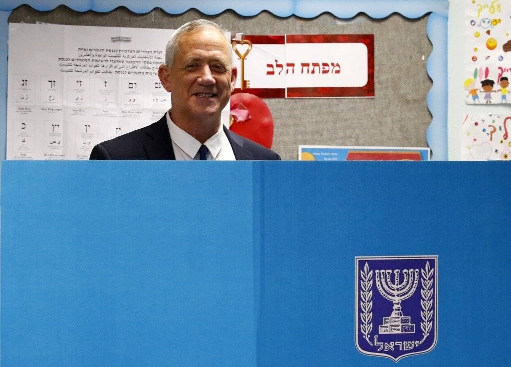 Benny Gantz votando en Israel