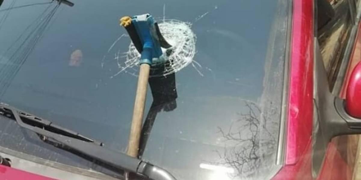 Le dieron cien pesos por limpiar un panorámico y en protesta terminó quebrando el vidrio