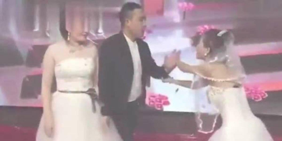 Video: Mujer llegó al matrimonio de su ex vestida de novia y le pidió de rodillas que la perdonara