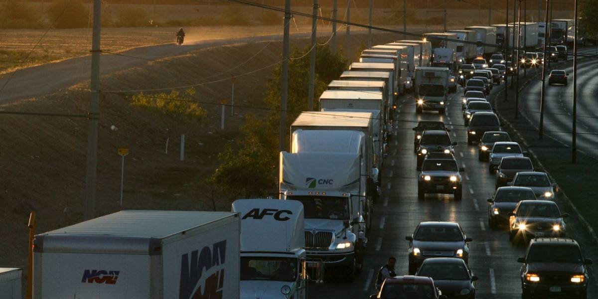Caos en frontera de EE.UU. con México crea esperas de horas