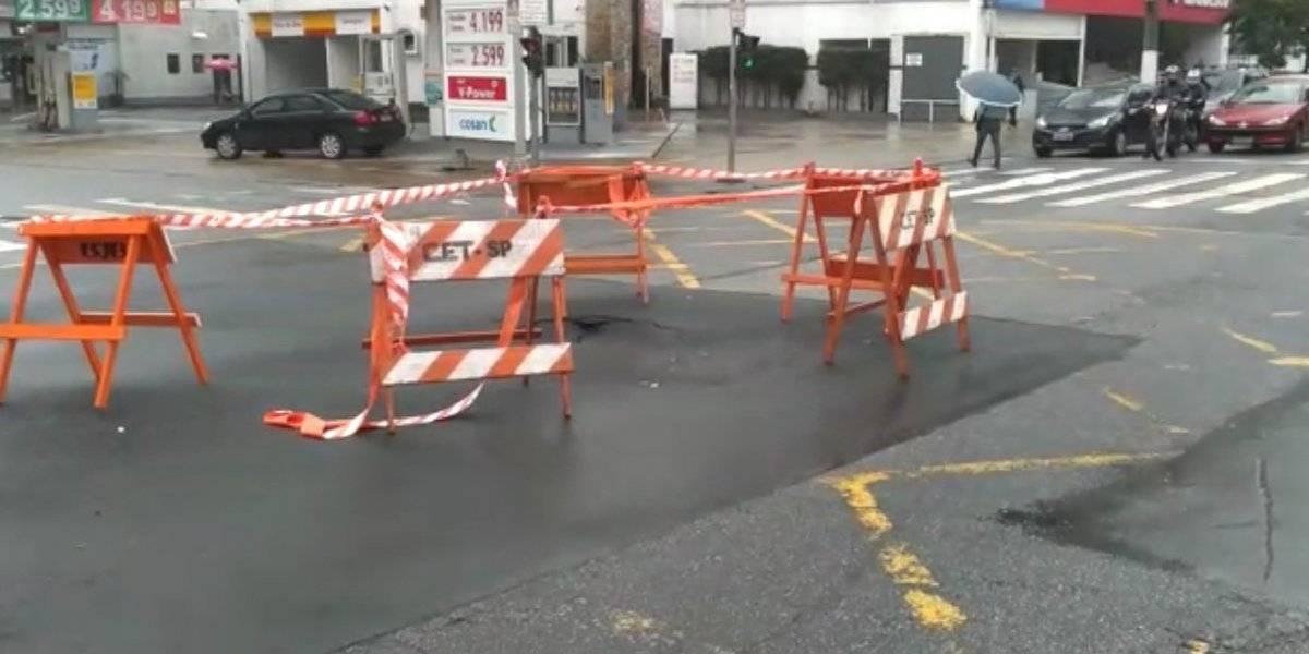 Menos de uma semana após reparo, asfalto da avenida Vereador José Diniz afunda de novo
