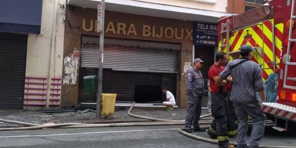 Loja na rua 25 de Março sofre incêndio e via fica bloqueada