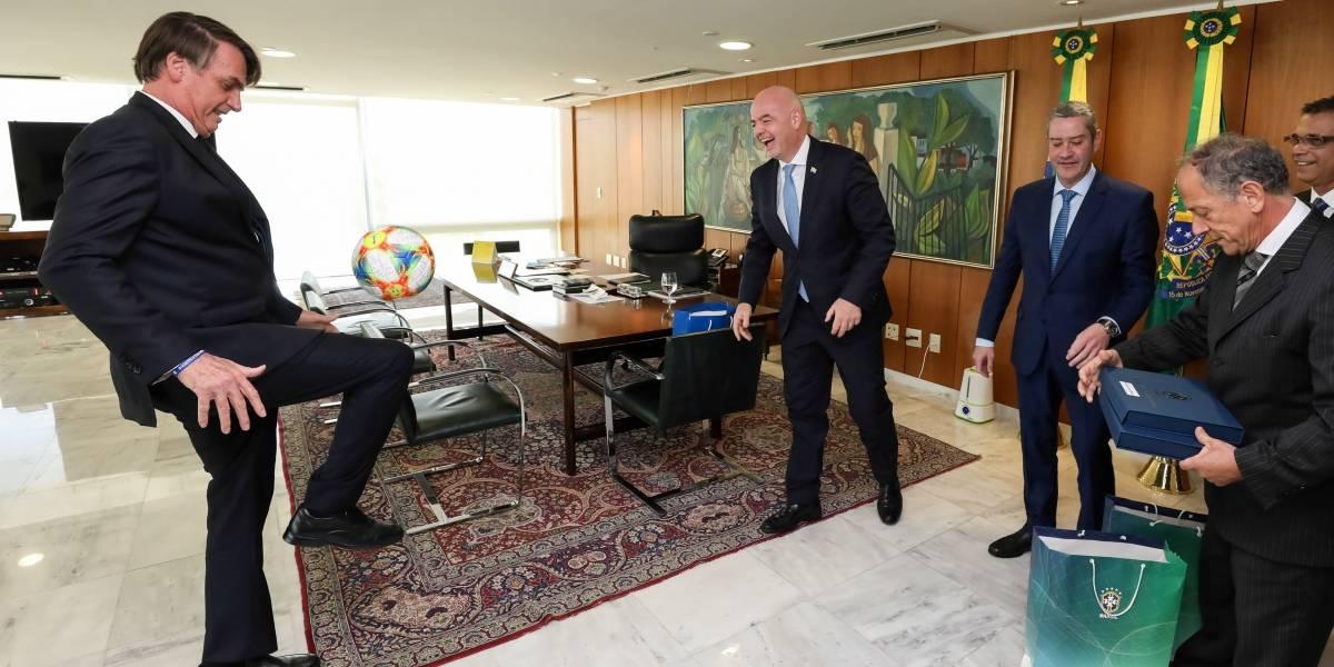 Bolsonaro bate bola em reunião com presidente da Fifa em Brasília